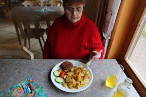 Frikadelle mit Bratkartoffeln und Gemüse