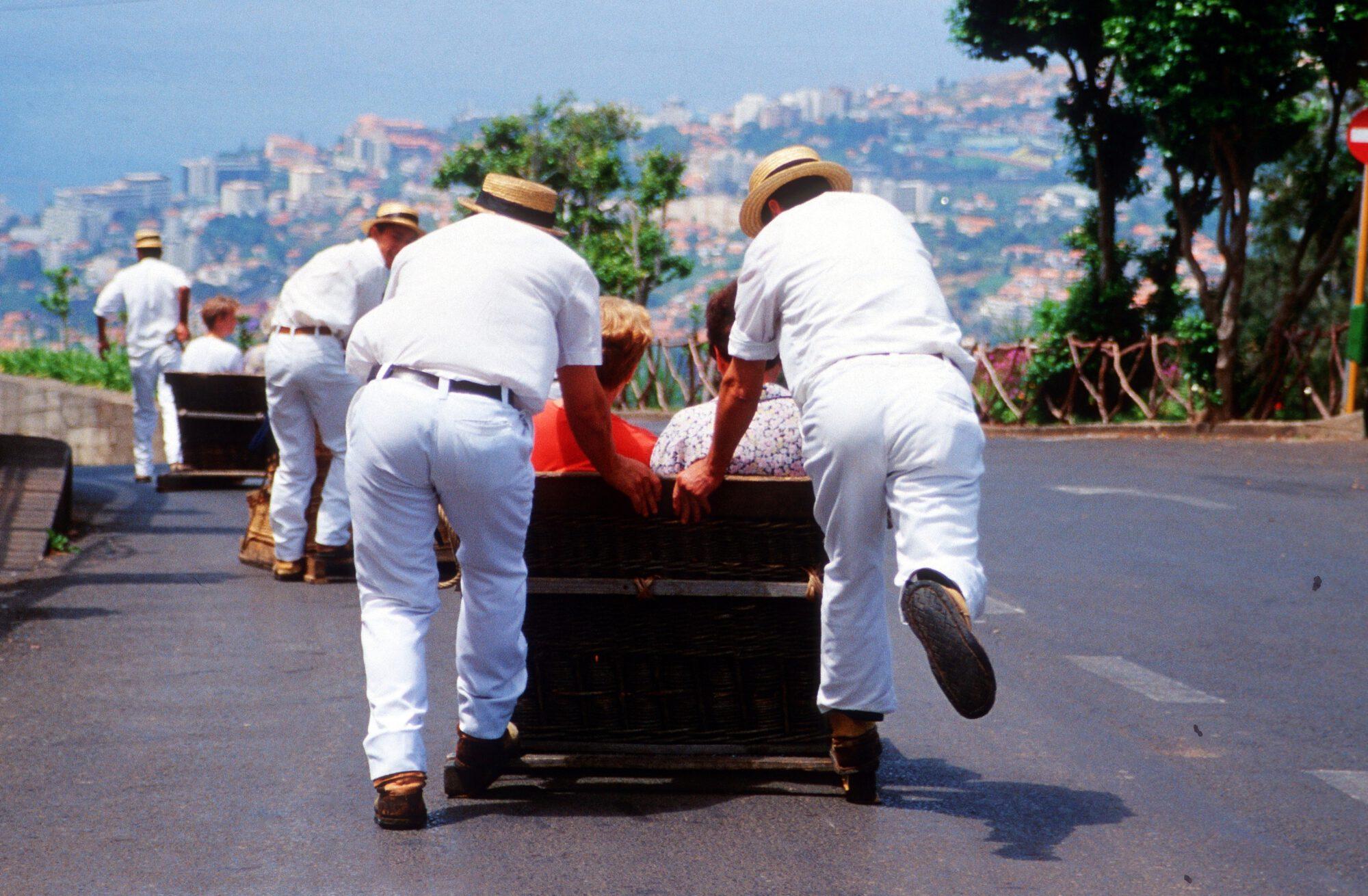 Madeira Funchal -Korbschlittenfahrt Carreiros do Monte 4